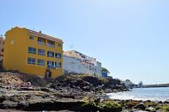 Желтый цвет на береге океана стоковое изображение