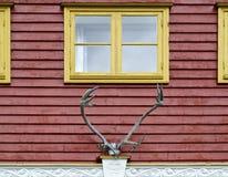 желтый цвет окон фасада красный Стоковое фото RF