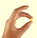 желтый цвет омеги масла здоровья руки капсулы Стоковые Фото