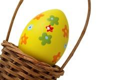 желтый цвет пасхального яйца корзины Стоковое Фото