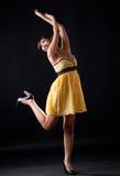 желтый цвет польки девушки многоточия танцы Стоковое Изображение