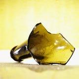 желтый цвет предпосылки сломанный botle Стоковая Фотография