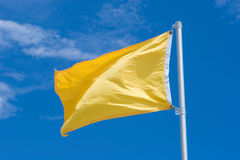 желтый цвет предупреждения флага Стоковое фото RF