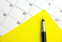 желтый цвет примечания календара липкий Стоковые Фото