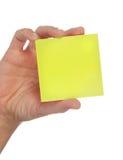 желтый цвет примечания удерживания руки Стоковая Фотография