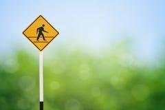 желтый цвет прогулки знака Стоковые Фото