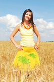 желтый цвет пшеницы девушки поля Стоковые Фотографии RF