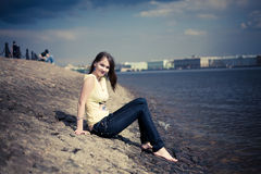 желтый цвет реки девушки обваловки Стоковое Фото