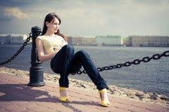 желтый цвет реки девушки обваловки Стоковая Фотография RF