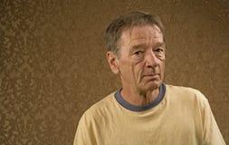 желтый цвет рубашки человека стоковая фотография