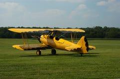 желтый цвет самолет-биплана черный стоковые фото