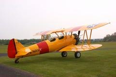 желтый цвет самолет-биплана stearman Стоковое Фото