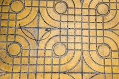 Желтый цвет сделал по образцу вымощать плитки на улице, взгляд сверху Цементируйте кирпичи, приданную квадратную форму текстуру п Стоковые Изображения