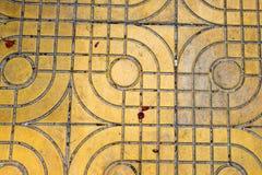 Желтый цвет сделал по образцу вымощать плитки на улице, взгляд сверху Цементируйте кирпичи, приданную квадратную форму текстуру п Стоковое Изображение RF