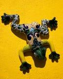 желтый цвет стены Мексики керамической лягушки мексиканский Стоковые Изображения RF
