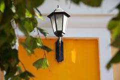 желтый цвет стены улицы светильника Стоковая Фотография RF