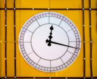 желтый цвет стены часов Стоковые Фото
