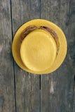 желтый цвет сторновки шлема старой выдержанный стеной Стоковая Фотография RF