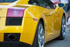 желтый цвет стоянкы автомобилей lamborghini выставки Стоковое Изображение RF