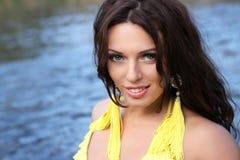 желтый цвет стоячей воды девушки платья Стоковое Изображение