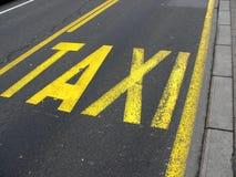 желтый цвет таксомотора дорожного знака belgrade асфальта Стоковые Фотографии RF