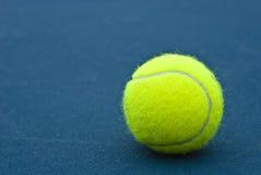 желтый цвет тенниса шарика стоковое изображение rf