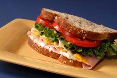 желтый цвет томата сандвича плиты салата ветчины сыра Стоковая Фотография RF
