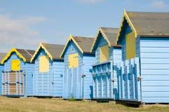 желтый цвет хат пляжа голубой Стоковое Изображение