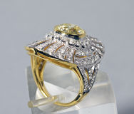 желтый цвет штока сапфира кольца фото диаманта Стоковые Изображения