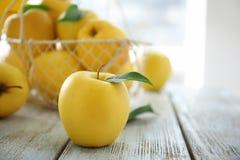 желтый цвет яблока зрелый Стоковые Изображения