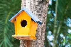 желтый цвет birdhouse Стоковое Фото