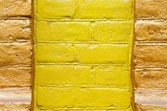 желтый цвет brickwall покрашенный цветом Стоковые Изображения