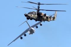 ЖЕЛТЫЙ ЦВЕТ Kamov Ka-52 062 и Ilyushin IL-76MD-90A IL-476 78650 в Zhukovsky во время MAKS-2013 Стоковое Изображение RF
