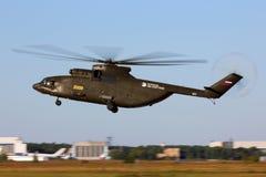 ЖЕЛТЫЙ ЦВЕТ Mil Mi-26T2 2008 показательного полета русской военновоздушной силы perfoming в Zhukovsky во время airshow MAKS-2015 Стоковое фото RF