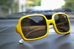 желтый цвет sunglasses1 Стоковое фото RF