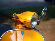 желтый цвет vespa Стоковое фото RF