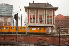 желтый цвет warschauer поезда stra e электрический Стоковые Изображения RF