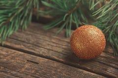 Желтый шарик рождества на деревянной предпосылке стоковое изображение rf