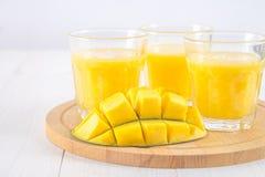 Желтый smoothie манго, банана и апельсина на белые деревянные животики Стоковое Изображение RF