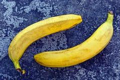 2 желтых банана на сером льде на улице Стоковая Фотография RF