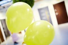 2 желтых воздушного шара стоковая фотография rf