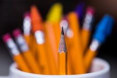 2 желтых деревянных карандаша в чашке с очень малой глубиной f Стоковое фото RF
