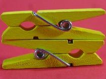 2 желтых зажимки для белья на крупном плане окружающей среды штыря Стоковые Фотографии RF