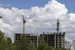 2 желтых крана башни конструкции против голубого неба Стоковые Фото