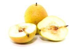 2 желтых свежих зрелых органических груши и половинной груша Стоковые Фото