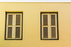 2 желтых штарки в желтой стене штукатурки Стоковая Фотография RF