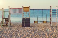 Желт-красная спортивная площадка ` s детей на пляже Стоковое фото RF