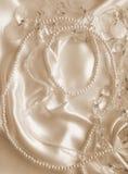 Жемчуга и nacreous beeds на шелке как предпосылка свадьбы В Sepi стоковое фото rf
