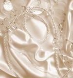 Жемчуга и nacreous beeds на шелке как предпосылка свадьбы В Sepi стоковая фотография rf