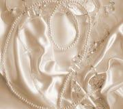 Жемчуга и nacreous beeds на шелке как предпосылка свадьбы В Sepi стоковая фотография
